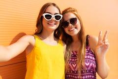 Adolescenti che prendono selfie di estate fotografia stock