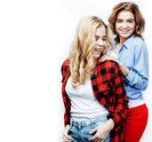 Adolescenti che si divertono insieme, posare dei migliori amici emozionale su fondo bianco, sorridere felice dei besties, stile d fotografia stock libera da diritti