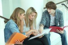 Adolescenti che si siedono sui punti Fotografia Stock