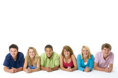 Adolescenti che si trovano giù in una riga Fotografia Stock Libera da Diritti