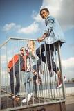 Adolescenti che spendono tempo al parco del pattino fotografia stock libera da diritti