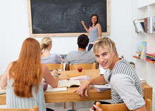 Adolescenti che studiano insieme in un codice categoria Fotografia Stock Libera da Diritti