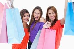 Adolescenti che tengono e che mostrano i loro acquisti Immagini Stock