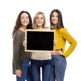 Adolescenti che tengono una lavagna Fotografia Stock Libera da Diritti