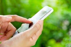 Adolescenti con il telefono mobile Fotografie Stock Libere da Diritti