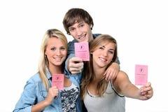 Adolescenti con le patenti di guida fotografia stock