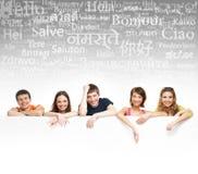 Adolescenti con un tabellone per le affissioni gigante, in bianco, bianco Fotografie Stock