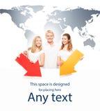 Adolescenti con un tabellone per le affissioni su un fondo con una mappa Fotografia Stock