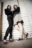 Adolescenti contro il portello di legno Fotografie Stock