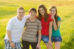 Adolescenti divertendosi sul prato fotografia stock