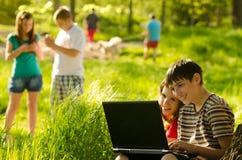 Adolescenti divertendosi sul prato Fotografie Stock Libere da Diritti