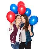 Adolescenti felici con i palloni dell'elio Immagini Stock Libere da Diritti