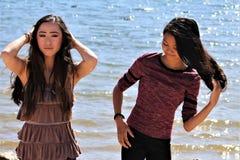 Adolescenti femminili asiatici alla spiaggia dell'Arizona fotografie stock