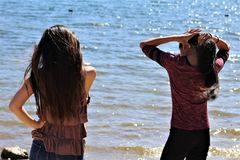 Adolescenti femminili asiatici alla spiaggia dell'Arizona fotografia stock libera da diritti