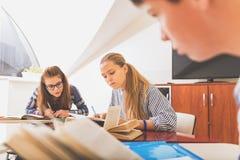 Adolescenti interessati in aula leggera Fotografie Stock Libere da Diritti