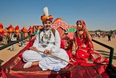 Adolescenti nella seduta piega indiana dei costumi Fotografie Stock