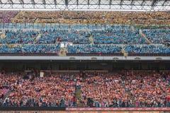 50 000 adolescenti partecipano ad una cerimonia religiosa allo stadio di San Siro a Milano, Italia Fotografie Stock