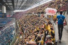 50 000 adolescenti partecipano ad una cerimonia religiosa allo stadio di San Siro a Milano, Italia Immagini Stock Libere da Diritti