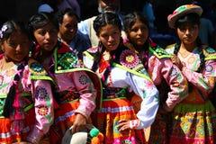 Adolescenti peruviani in vestiti tradizionali immagini stock