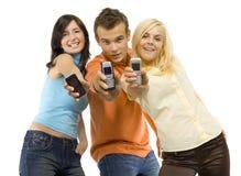 Adolescenti sorridenti con i mobiles Fotografia Stock Libera da Diritti