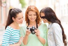 Adolescenti sorridenti con la macchina fotografica immagine stock