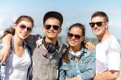 Adolescenti sorridenti in occhiali da sole che appendono fuori Fotografia Stock Libera da Diritti