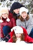 Adolescenti in una sosta nevosa Fotografie Stock Libere da Diritti