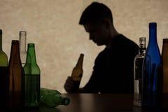 Adolescentie het drinken bier stock fotografie