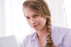 Adolescentie vrouwelijke gebruikende computer Stock Foto's