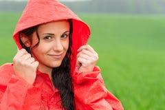 Adolescentiemeisje in de regen in mantel Stock Afbeelding