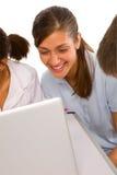 Adolescents à l'aide de l'ordinateur portatif Image libre de droits