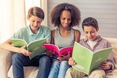 Adolescents à la maison Image libre de droits