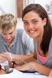 Adolescents étudiant dans la bibliothèque Image libre de droits