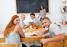 Adolescents étudiant dans le lycée photo stock