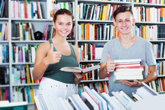 Adolescents achetant de nouveaux livres Image stock