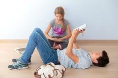 Adolescents apprenant dans la salle de classe Photos stock