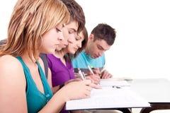 Adolescents apprenant ensemble Photographie stock libre de droits