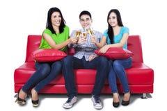 Adolescents asiatiques heureux buvant d'un vin Image stock