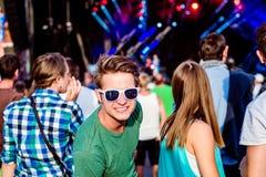 Adolescents au festival de musique d'été ayant l'amusement Photo libre de droits