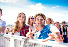 Adolescents au festival de musique d'été, garçon montrant le signe de paix Image stock
