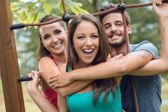 Adolescents au terrain de jeu Image stock