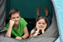 Adolescents aux vacances de camping Photographie stock libre de droits