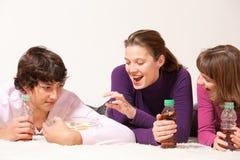 Adolescents avec des crips Photographie stock libre de droits