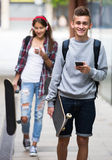 Adolescents avec des planches à roulettes dehors Image libre de droits