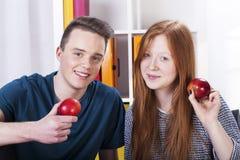 Adolescents avec des pommes Photos libres de droits