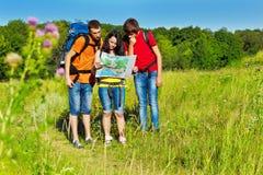 Adolescents avec des sacs à dos image stock
