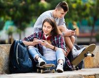 Adolescents avec des smarthphones Image stock