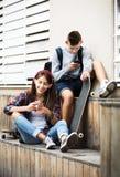 Adolescents avec des smarthphones Images stock