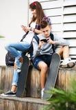 Adolescents avec des smarthphones Images libres de droits