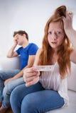 Adolescents avec l'essai de grossesse positif Photo libre de droits